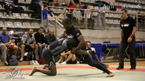 un des frères Akapovi en finale - 77 kilos